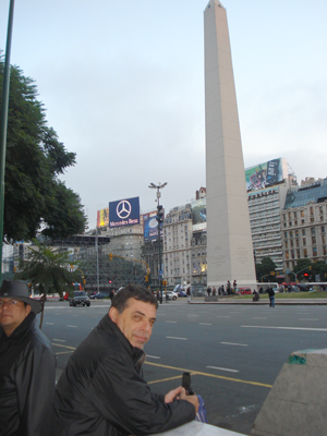 Ray, observa el obelisco en un bello atardecer, a un lado Martell observa.