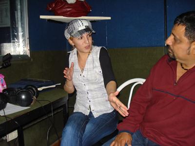 Lily y Juan Carlos en una sala de grabaciones de la emisora, la química se hizo presente.