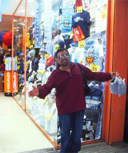 Toda la Argentina vibra con su selección. Aquí Juan Carlos en una de las muuuuchas tiendas del centro.