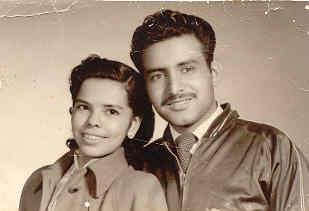 A mis adoradospadres Raymundo Pérez y Manuelita Rivera, con todo mi amor y eterna gratitud, por haber hecho de mi lo que soy...........un hombre feliz.  Gracias Mamá, por tu infinita ternura y por haberme enseñado, entre muchas otras cosas, a declamar, a componer canciones y el gusto por la comunicación con la gente.  Gracias Papá, por tu luz, por tu guía y por haberme heredado dos de los tesoros mas valiosos que siempre conservaré: Tu ejemplo y el gusto por la música.