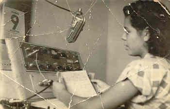 "Sra. Manuelita Rivera Ceja, locutora fundadora de la XECJ ""La voz del Valle de Apatzingán Mich."". (1955)"