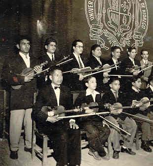 Profr. Raymundo Pérez Cárcamo, Violinista de la Sinfónica de la Universidad de Morelia (Es el que se encuentra de pie el primero de izquierda a derecha).