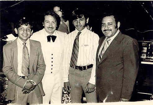 En 1970, asistí a mi primer baile, en donde actuó el famoso organista Juan Torres, a quien yo admiraba profundamente.  En la foto de izquierda a derecha estamos: Yo, Juan Torres (quien falleció recientemente), mi hermano Raymundo y mi padre.