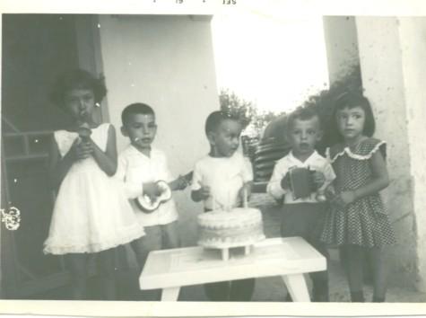 Aquí estoy tocando el acordeón, un primo en la batería y mi hermano Raymundo, tocando la guitarra. No nos imaginábamos que aquel juego inocente se iba a convertir en nuestra profesión.