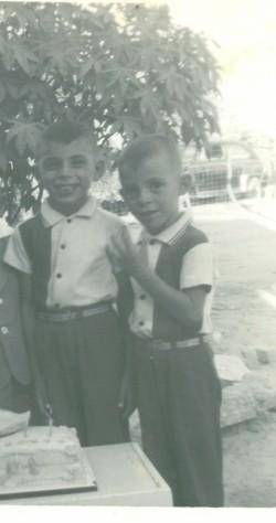 Mi hermano Raymundo, a pesar de ser mi hermano mayor, siempre ha creído en mí , siempre ha estado a mi lado en las buenas y en las malas, desde nuestra infancia siempre hemos sido muy buenos amigos.