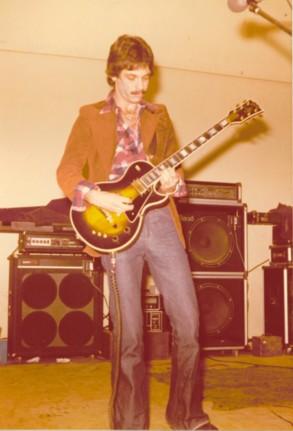 En la adolescencia, ya tenía la compañera que hasta hoy sigue conmigo:Mi Guitarra; con ella he recorrido mucha geografía, ejerciendo este hermoso oficio: La Música.