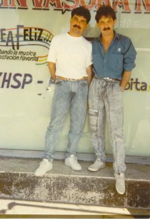 Raymundo y Yo en plena efervescencia del grupo en 1984. Aquí estamos afuera de una radio de Monterrey, pues promovíamos nuestro Vol. 4.