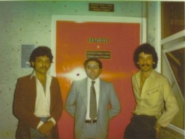 """En 1981, hicimos una grabación para Discos """"Trebol""""(Musart), en la Cd. de México. Aquí estamos Juan Carlos y Yo con Carlos Spíndola, productor de Musart. Empezábamos a escuchar frases como: """"Le vamos a echar muchas ganas a su disco"""", """"En un mes vamos a conquistar México"""", """"Yo hice a tal o cual artista""""....y muchas mas. Lo sorprendente es que nosotros nunca nos hemos creído de esas frases, solo creemos en el trabajo y en el talento."""