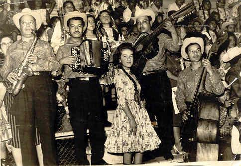 Mi padre el Sr. Clemente Herrera (q.e.p.d.) tocando el Bajo Sexto, a quien siempre quise y admiré.  Gracias Papá , por heredarme tu vocación y por haberme enseñado el oficio de la música......donde quiera que te encuentres........¡Va por ti, querido Papá!
