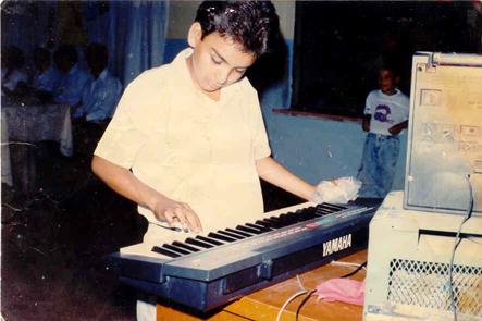 Cuando tenía 9 años toqué el teclado en la fiesta del día de las madres.... aunque ahora toco las percusiones, mi fuerte son los teclados desde entonces.