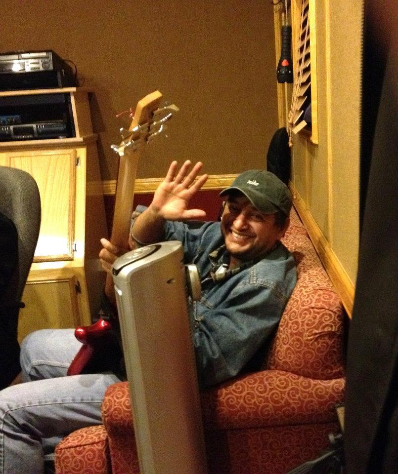 """Cruz Angel grabando bajo para la producciónde""""BienFirmes"""". """"Saludos a todos desde el estudio""""..."""