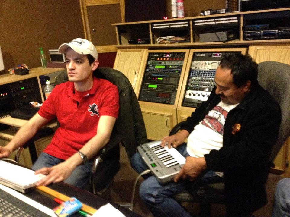 Luis Barrera Jr. (Ingeniero) y Guicho Alvarado detallando la grabacion...