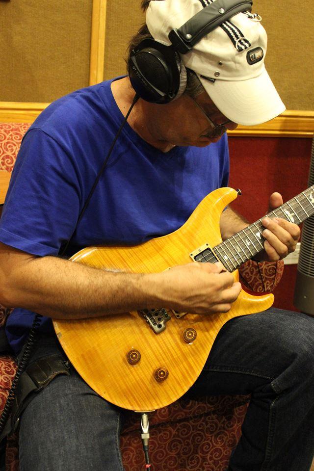 Luis Alberto grabando guitarra...