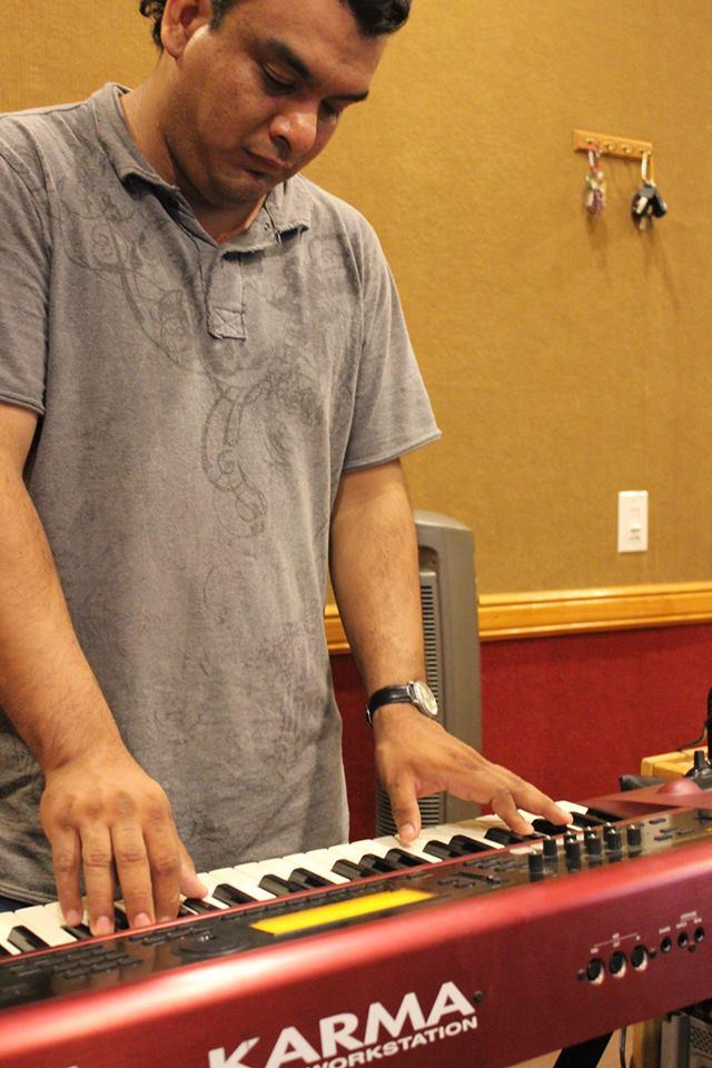 """Victor grabando pianos para """"Bien Firmes""""..."""