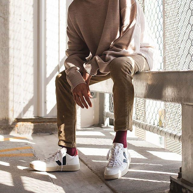 A good pair of sneakers is essential. (Shout out to fellow city walkers and travelers!) But beyond comfortable walking, a well designed shoe can transition between a casual look to a more elegant and refined outfit without looking out of place or taking away from your style. Versatility is key when building a capsule wardrobe and @Veja is a great conscious option. Check out their V-10 Nautico Pekinare made out of leather, organic cotton and wild rubber from the Amazonian forest. Ooo la la! #Veja #LiveTapered