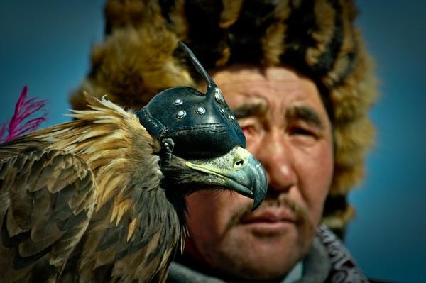Kazakh eagle hunter dari bayan olgii, mongolia