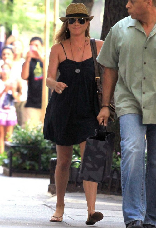 jennifer-aniston-squirrels-nuts-set-pic139219.jpg