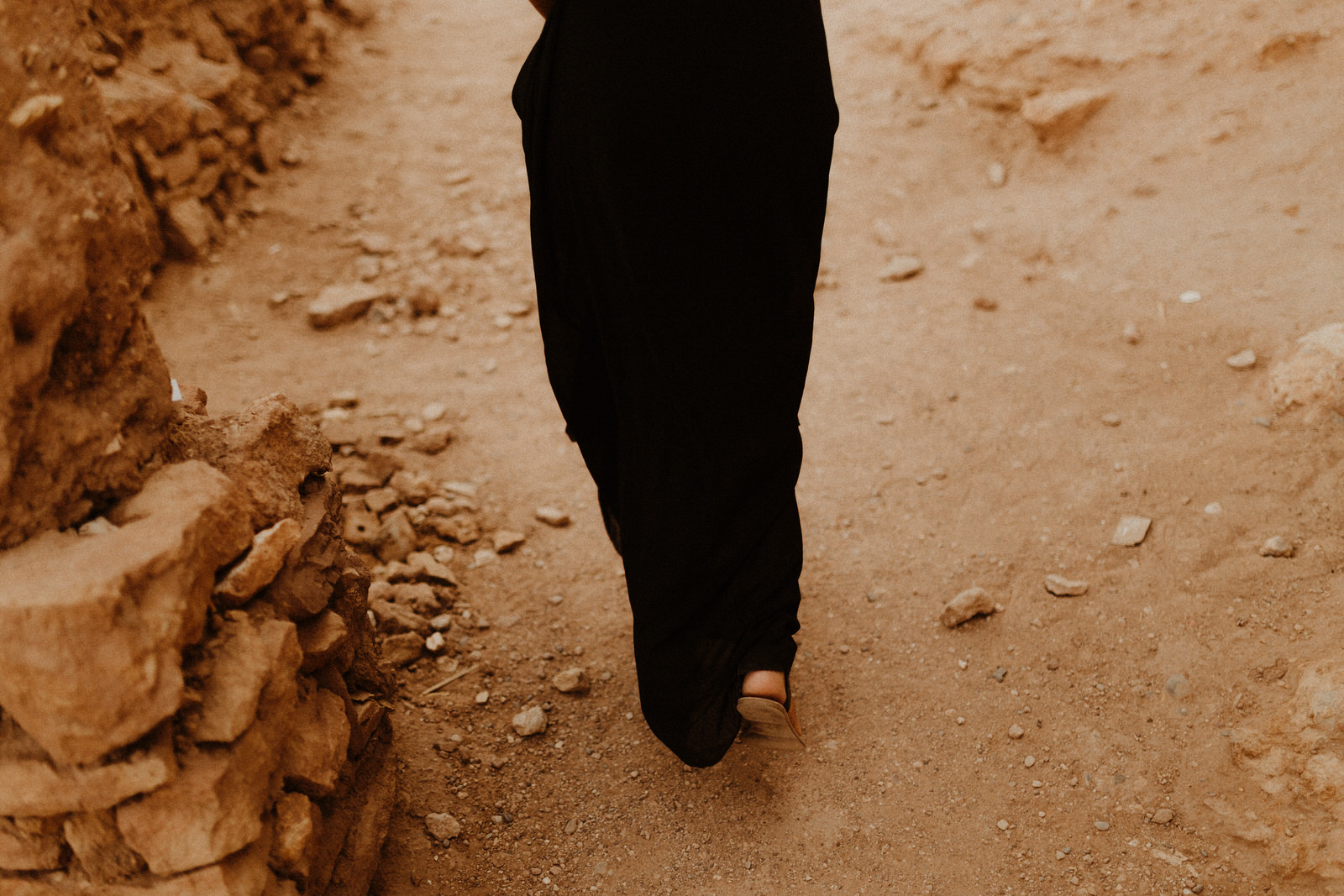 desert-walk-couple-benhaddou