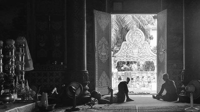 Siesta in cambodia. #khmer #phnompenh #cambodia #streetphotography #streetlife #documentaryphotography #documentary #phonetography #dailylife #blackandwhitephotography #blackandwhite #bnwphotography #bnw #kanmanphotography #travelphotography #travel