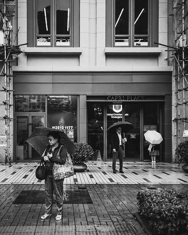 Mind your own business. #street #streetphotography #streetpeople #phonetography #dailylife #rainyday #gloomyday #blackandwhite #blackandwhitephotography #bnw #hongkong #hkig #hk #kanmanphotography