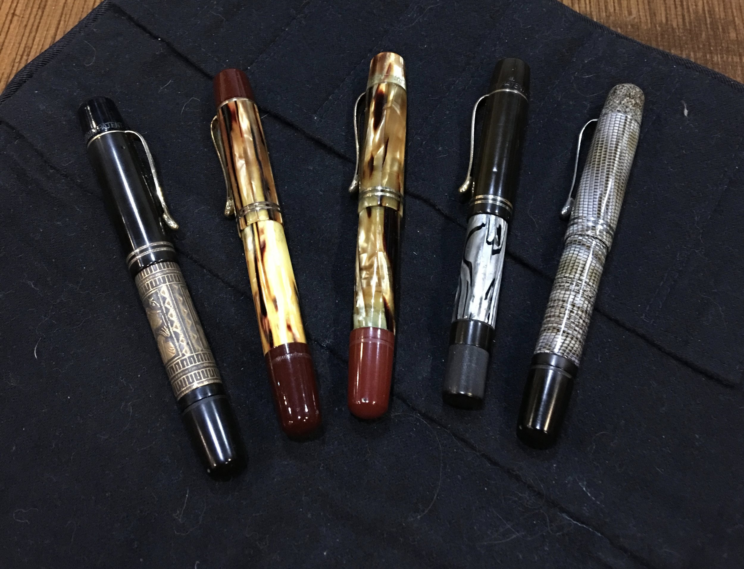 Vintage 1930s Pelikans Closed