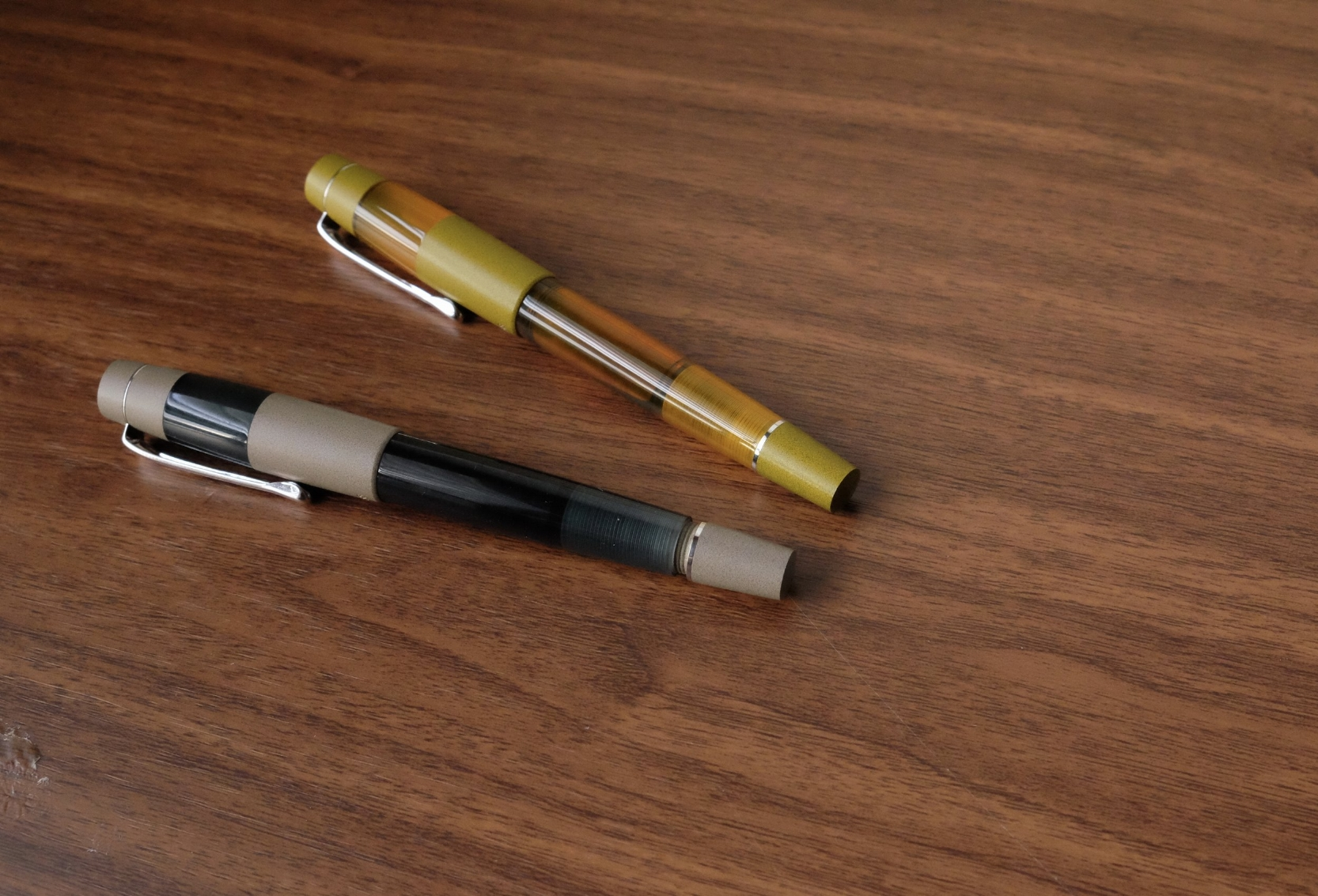 In order to increase ink flow to the nib, all you need to do is open the valve, which unscrews like a piston knob at the rear of the barrel.