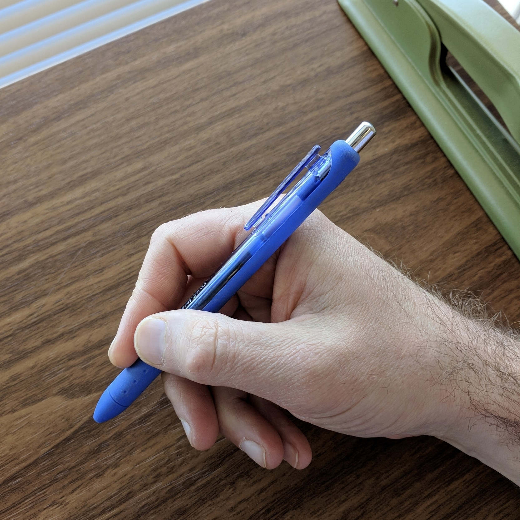 The Inkjoy has good length and is nicely balanced. It's a comfortable pen to use for longer writing/notetaking sessions, and there's a lot of grip area.