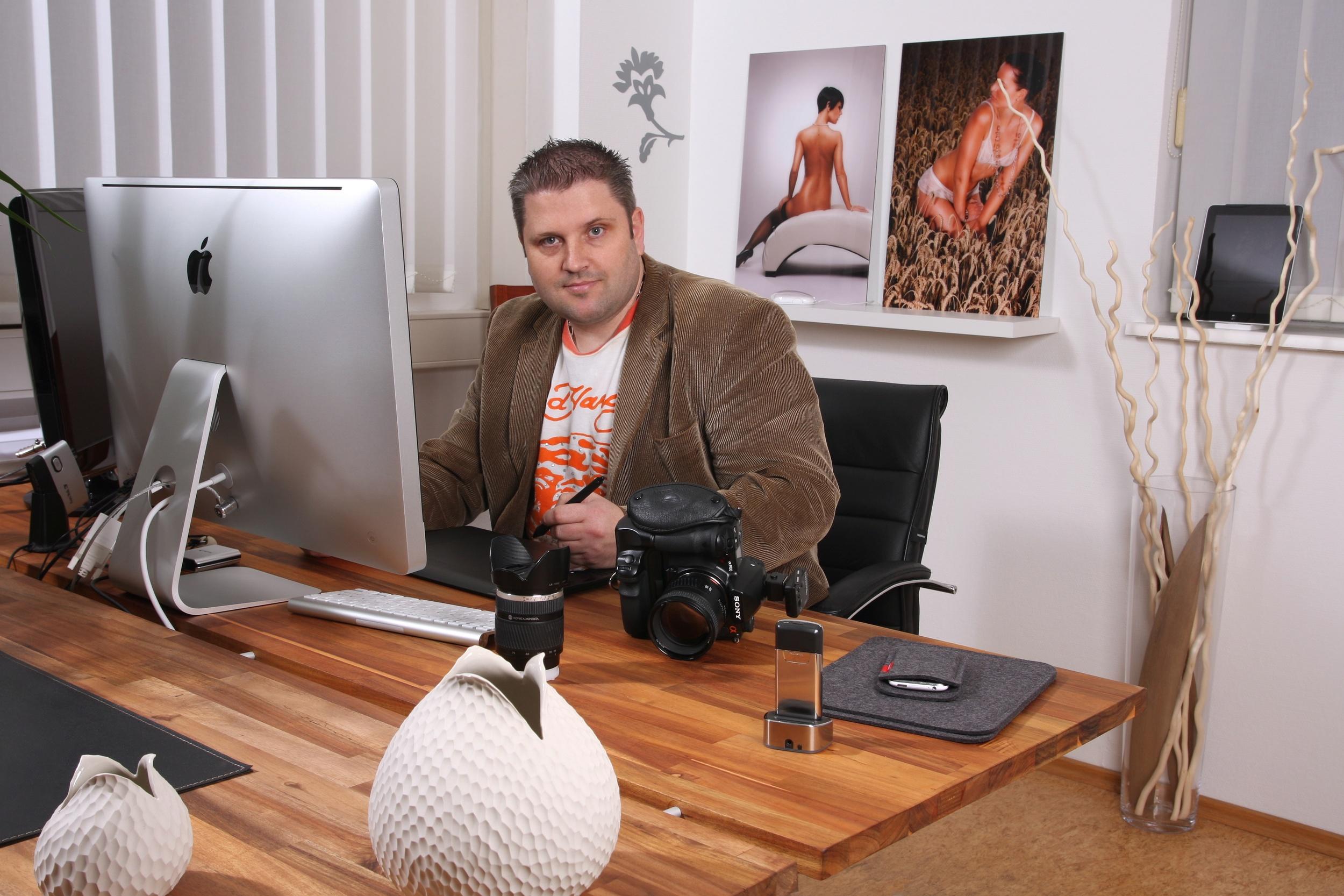 Jürgen Brenner an seinem Arbeitsplatz, natürlich am Mac aber wir haben auch PC's