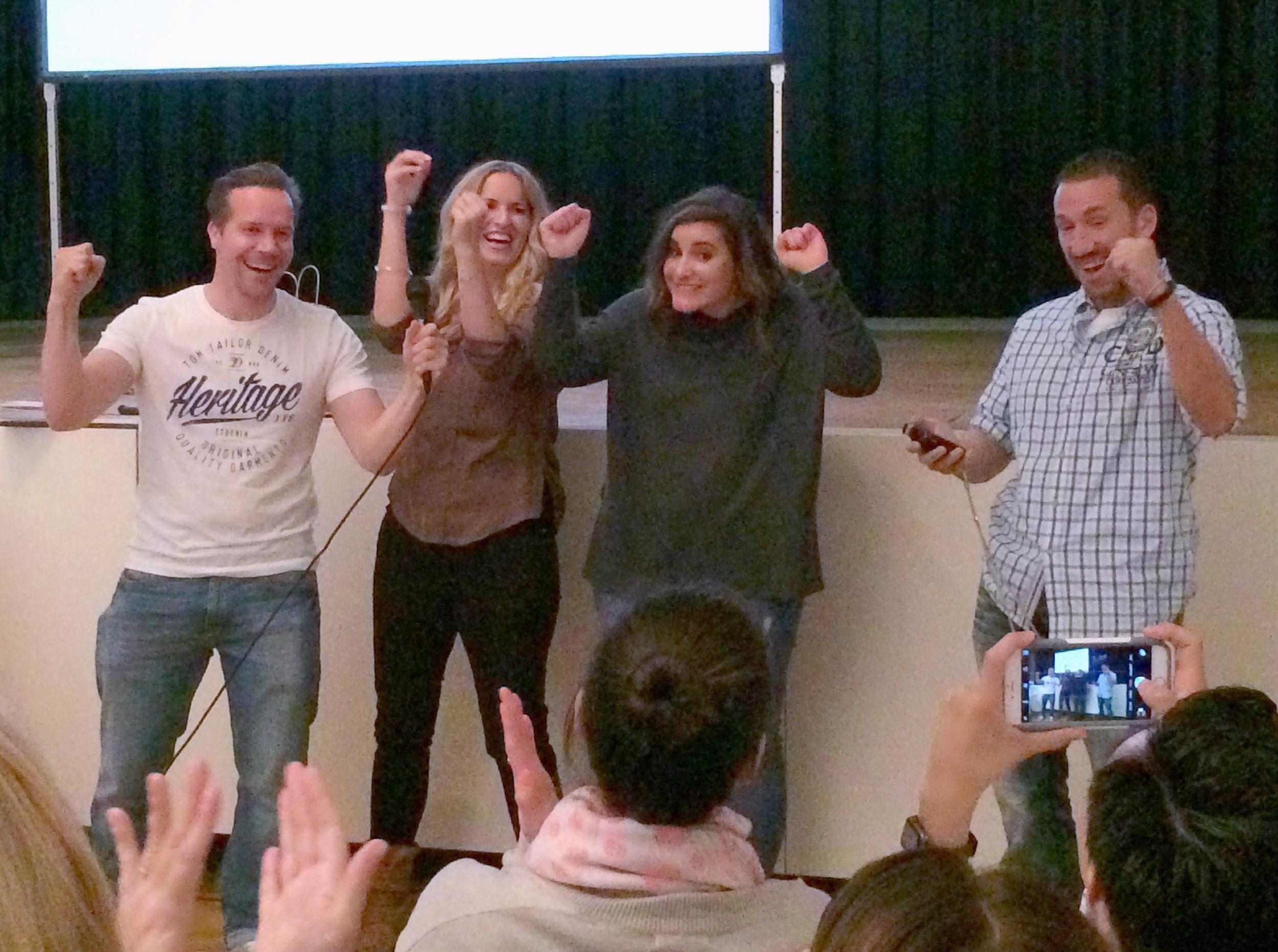 """Ingo, Carmen, Nadia Meli und Calvin Hollywood beim Siegesschrei. """"Tsschakkkaaaaa"""""""