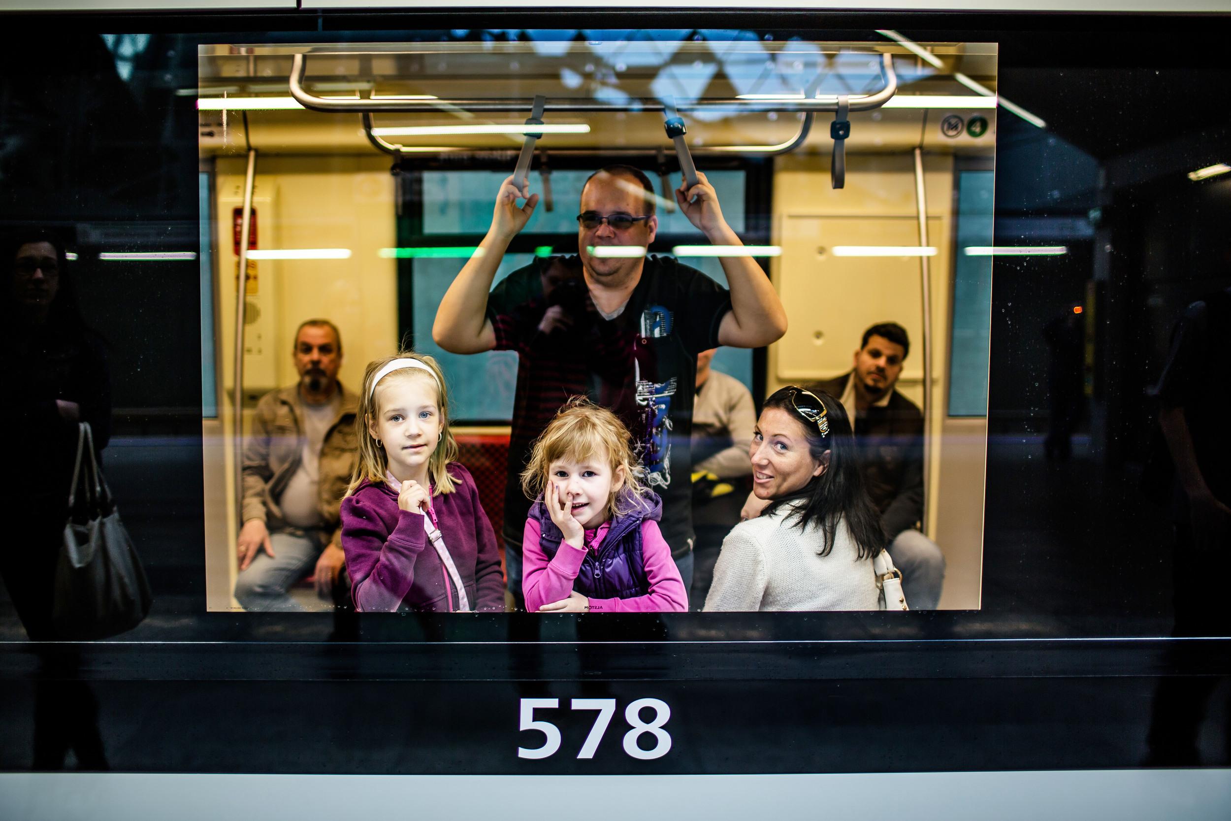 Félmillió utast számolt össze a nyitóhétvégén a BKK a 4-es metrón. Egész hétvégén ingyen lehetett utazni, pótszerelvényeket is szolgálatba kellett állítani.