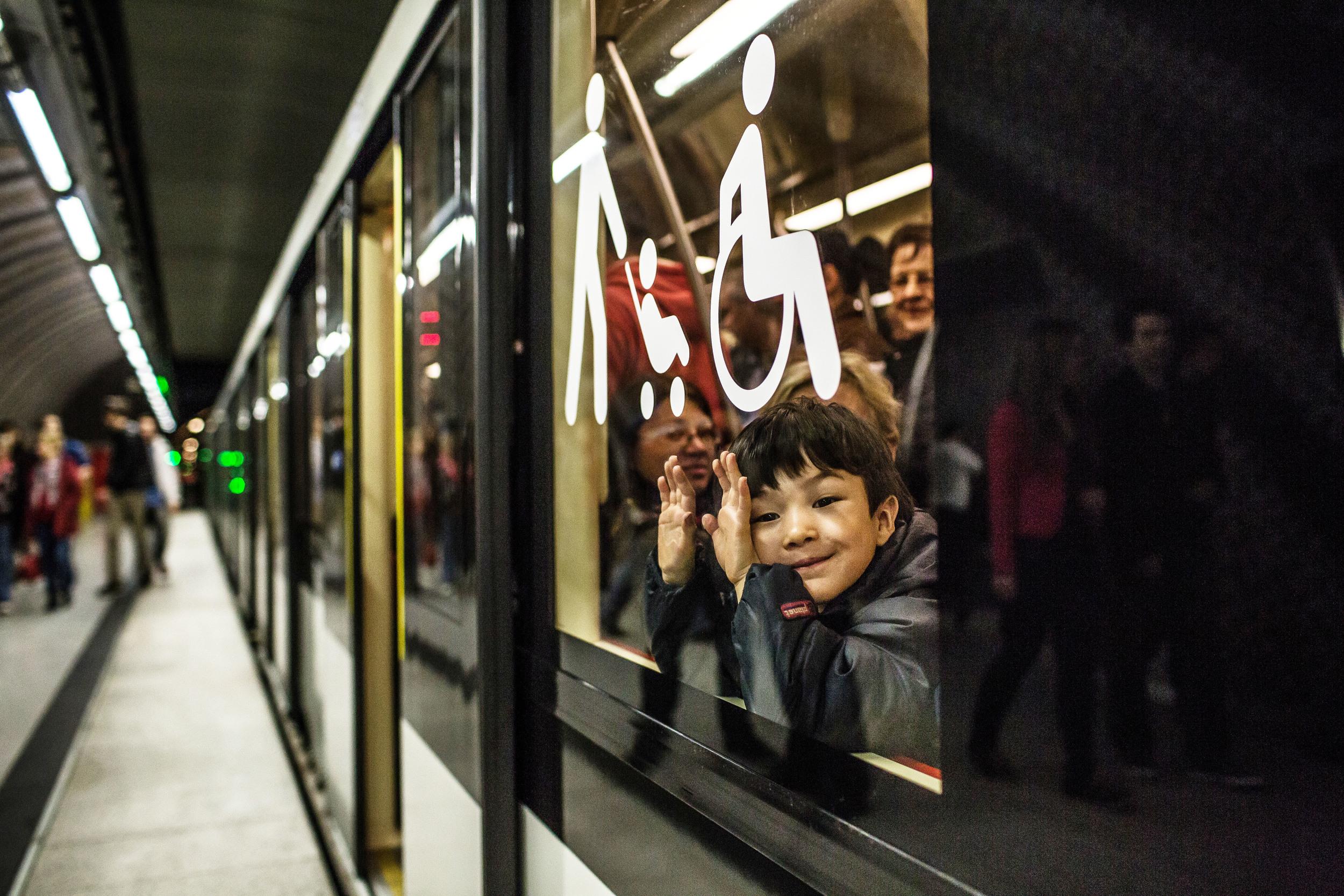Két taktika alapján utaznak az emberek a metrón. Van, aki célirányosan metrózik A pontból a B-be, sokan azonban minden megállónál leszállnak, hogy körülnézhessenek.