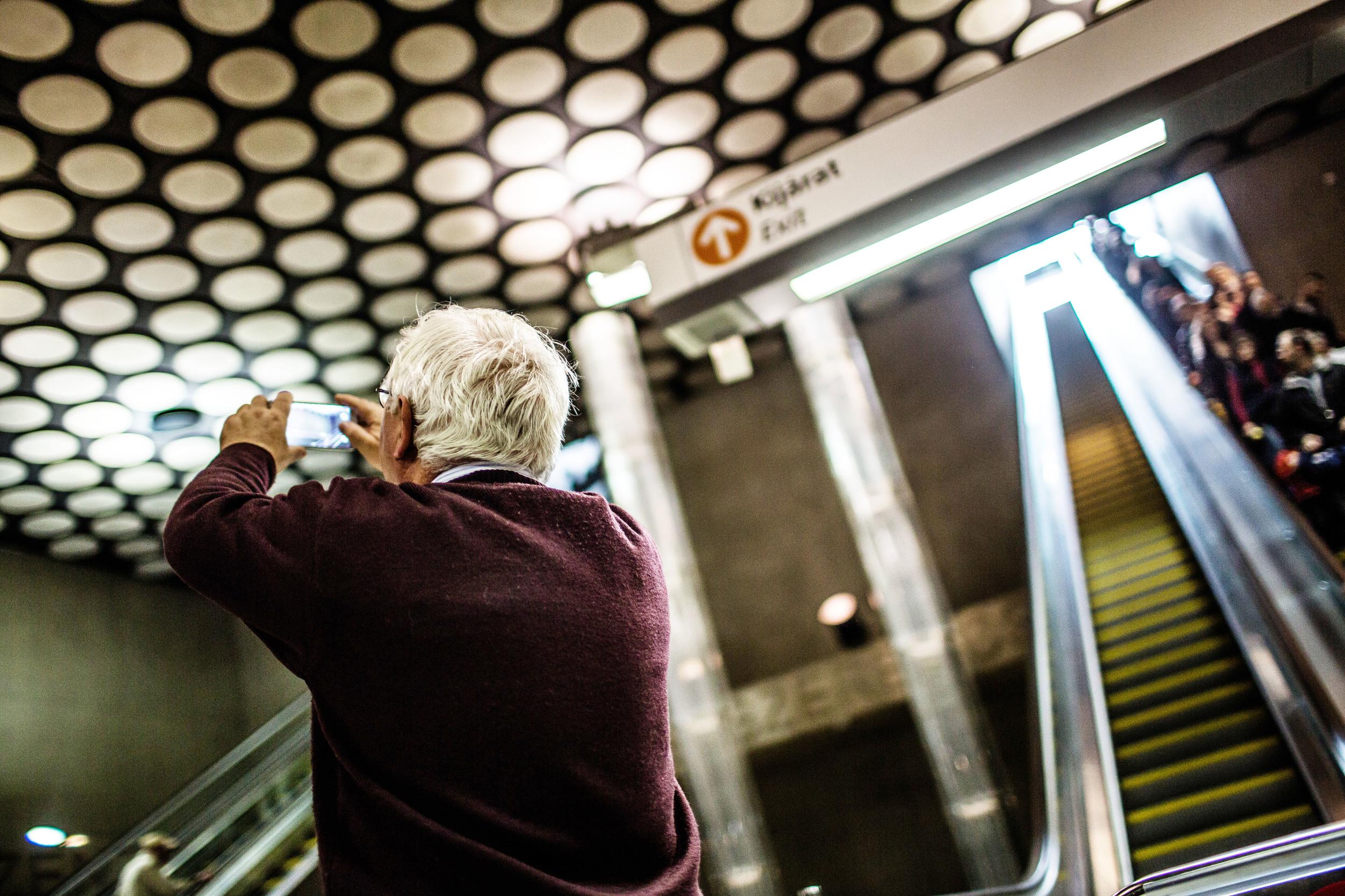 Általában két mozgólépcső vezet le a megállókba, és a legtöbb esetben már a mozgólépcső tetejéről látni a metrószerelvények érkezésének idejét jelző órát.