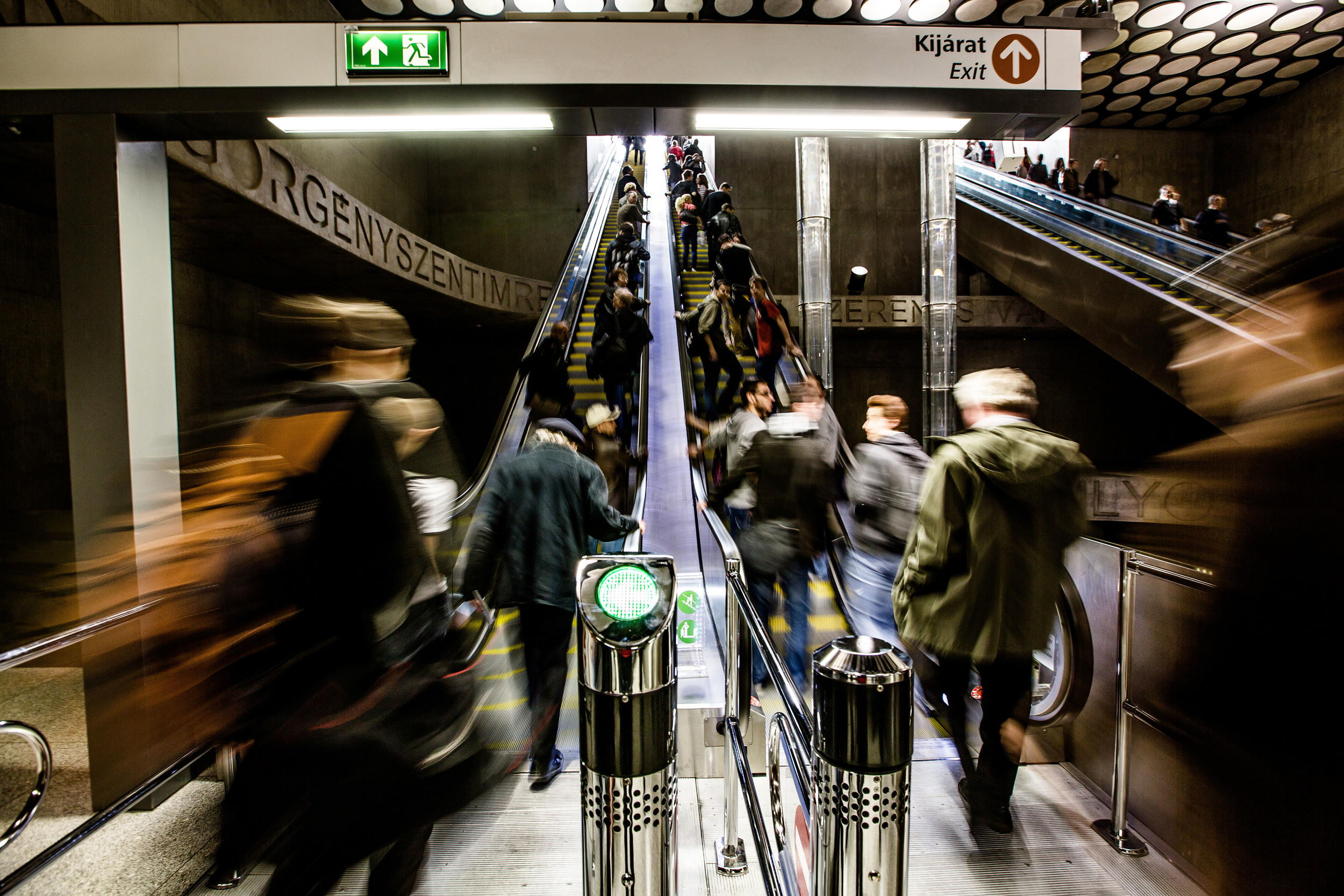 Pár órával a megnyitó és a kezdeti extázis után érezhetően csökkent a tumultus a metróban.