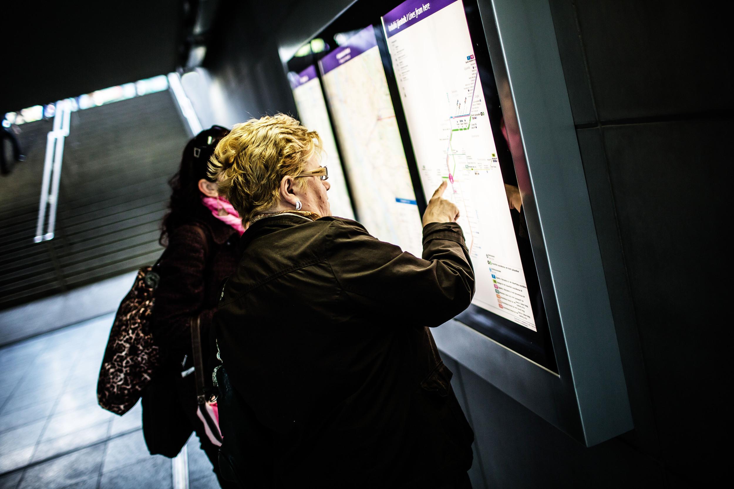 Egy nő azt mondta, ő Csepelről jött megnézni az új metrót. Évente csak egyszer fog vele utazni, mert nem esik neki útba, de pont volt szabadideje, ezért eljött.