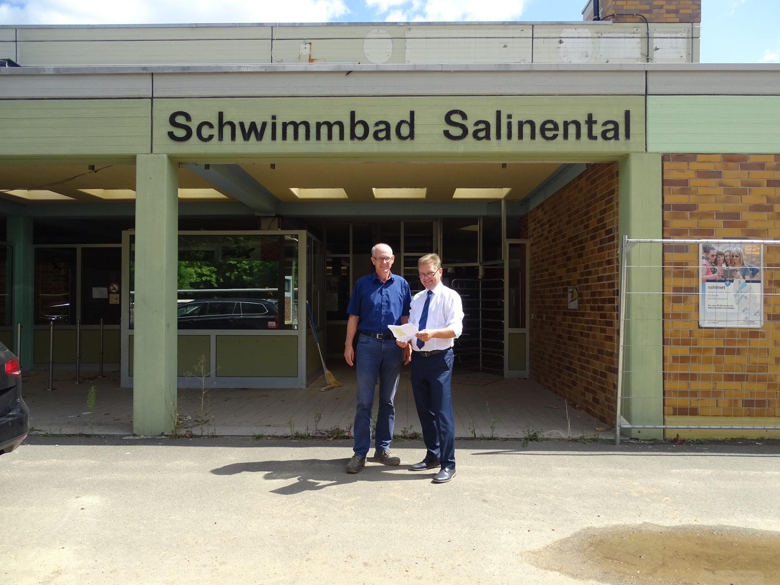 Auf dem Foto von links nach rechts: Helmut Lauff und Christoph Nath, vor dem Eingang des bisherigen Freibad Salinental