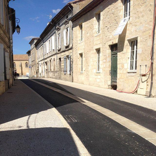 Livraison de la première tranche du projet de réaménagement du centre-ville de Vayres, avec ECR Environnement. Passage en zone de rencontre de la section centrale de l'avenue de Libourne pour faciliter et sécuriser les mobilités piétonnes et cycles. La création d'une écluse à l'entrée du centre-bourg permet de réguler la circulation à l'approche de la gare et de la place de coeur de bourg.  _ Ville de Vayres ECR Environnement @kwbg_urbanisme  _ #urbandesign #landscapearchitecture #landscape #aménagementpaysager #espacespublics #mobilitésactives #urbanisme #paysage #actioncoeurdeville