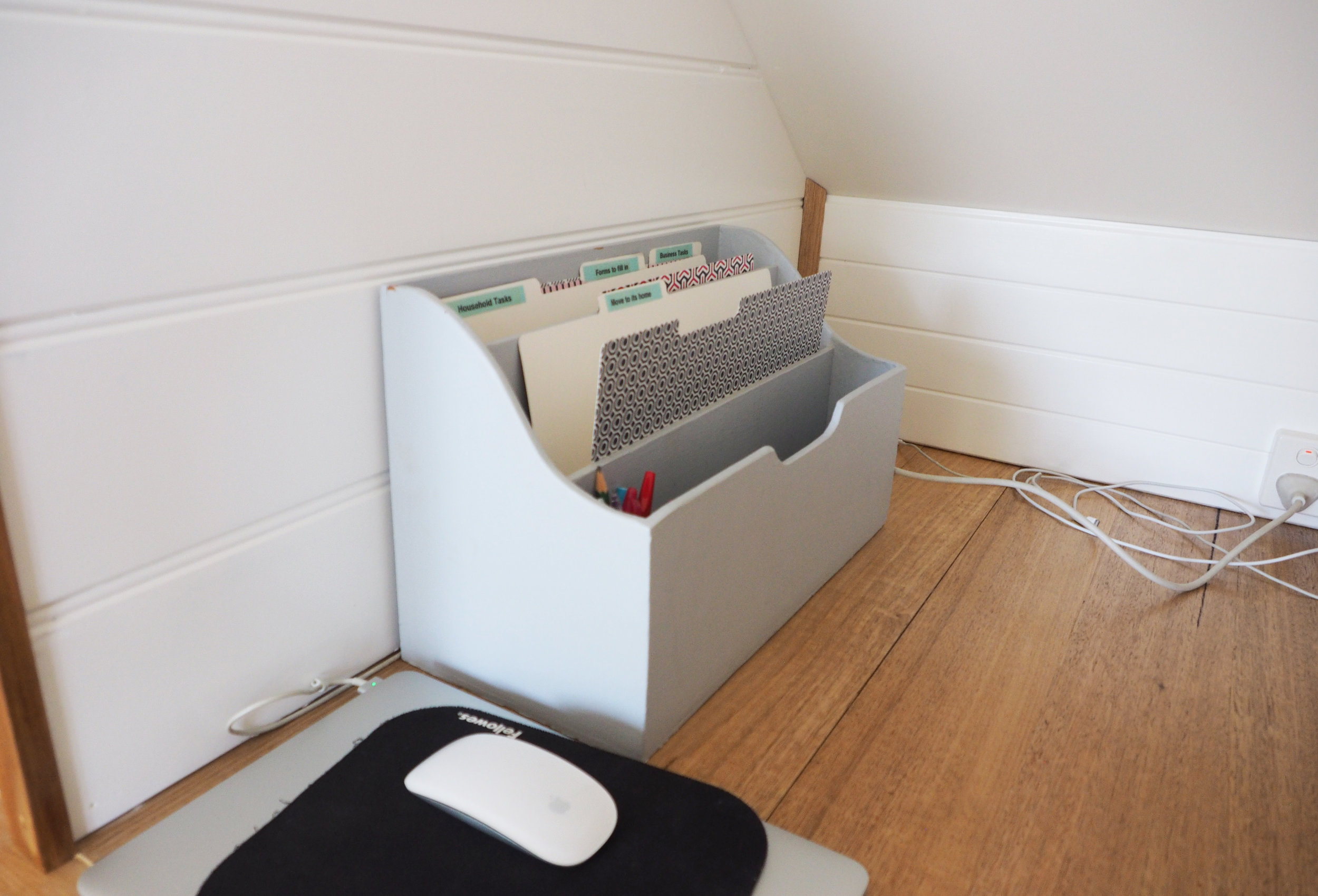 Get your incoming paperwork organised with an organised system - this paperwork organiser helps to categorize important tasks to be dealt with on a weekly basis {The Organised You}