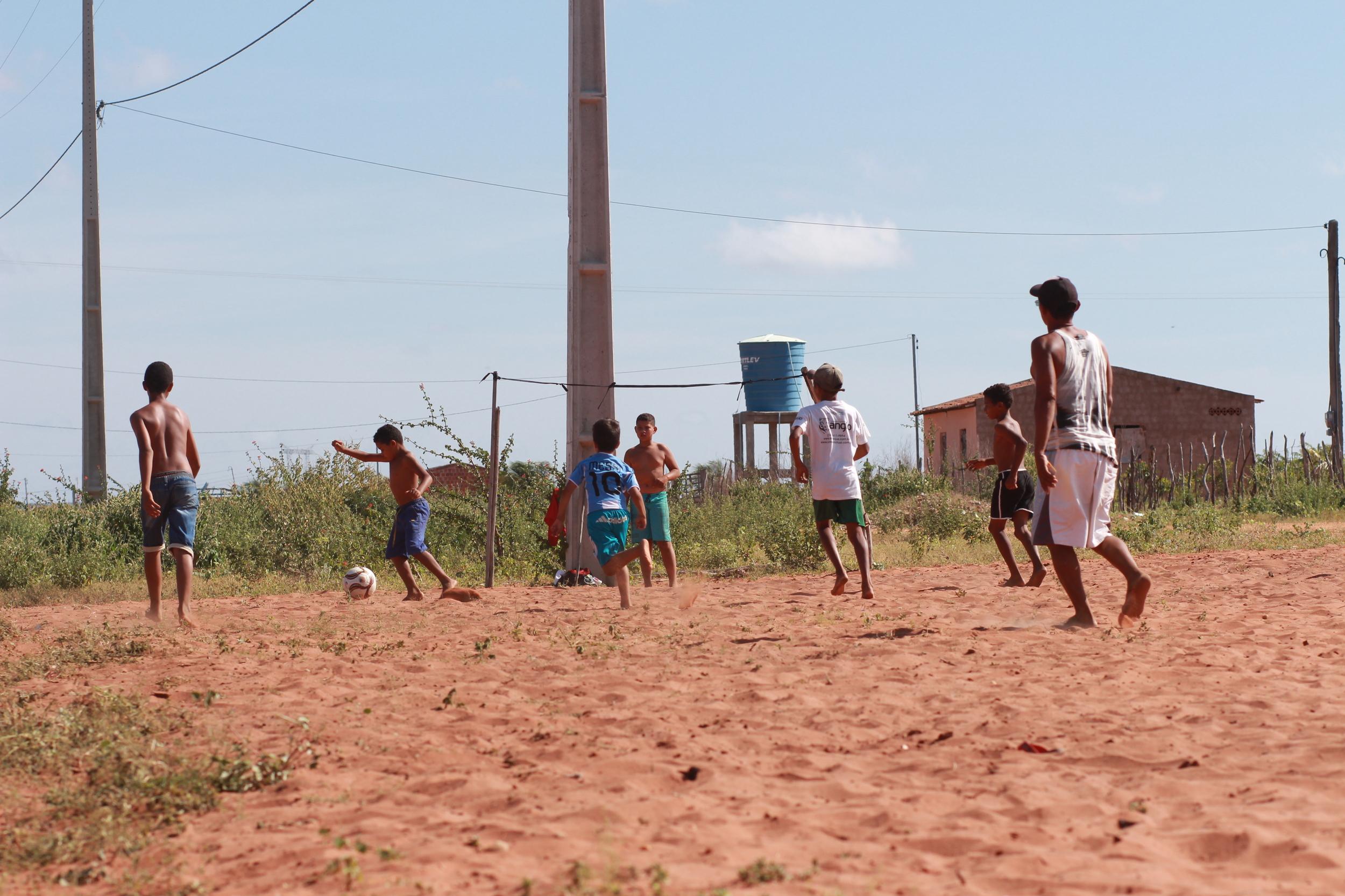 Assentamento Irmã Dorothy (Petrolândia) - Eram por volta de 30 crianças jogando em um campo de terrão improvisado por eles mesmos. 4 pedaços de pau para fazer as barras, fita de borracha para os travessões e um Sol de rachar na cabeça.
