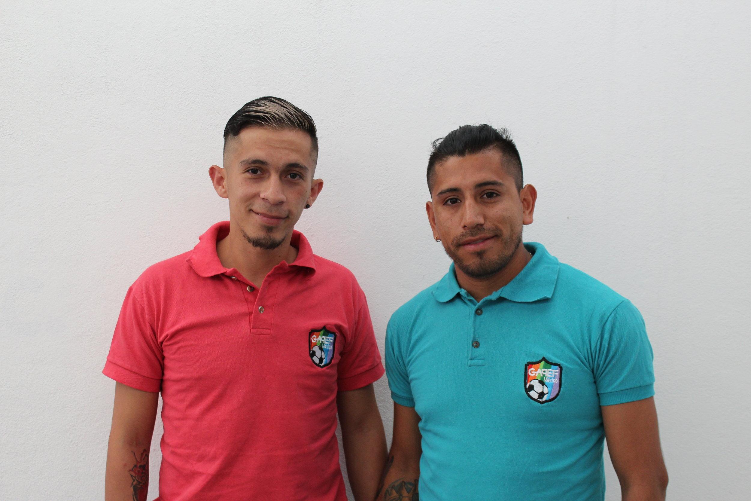 Lalo (esquerda) e Roger (direita), ativistas mexicanos pela diversidade e inclusão no esporte mais popular do mundo.