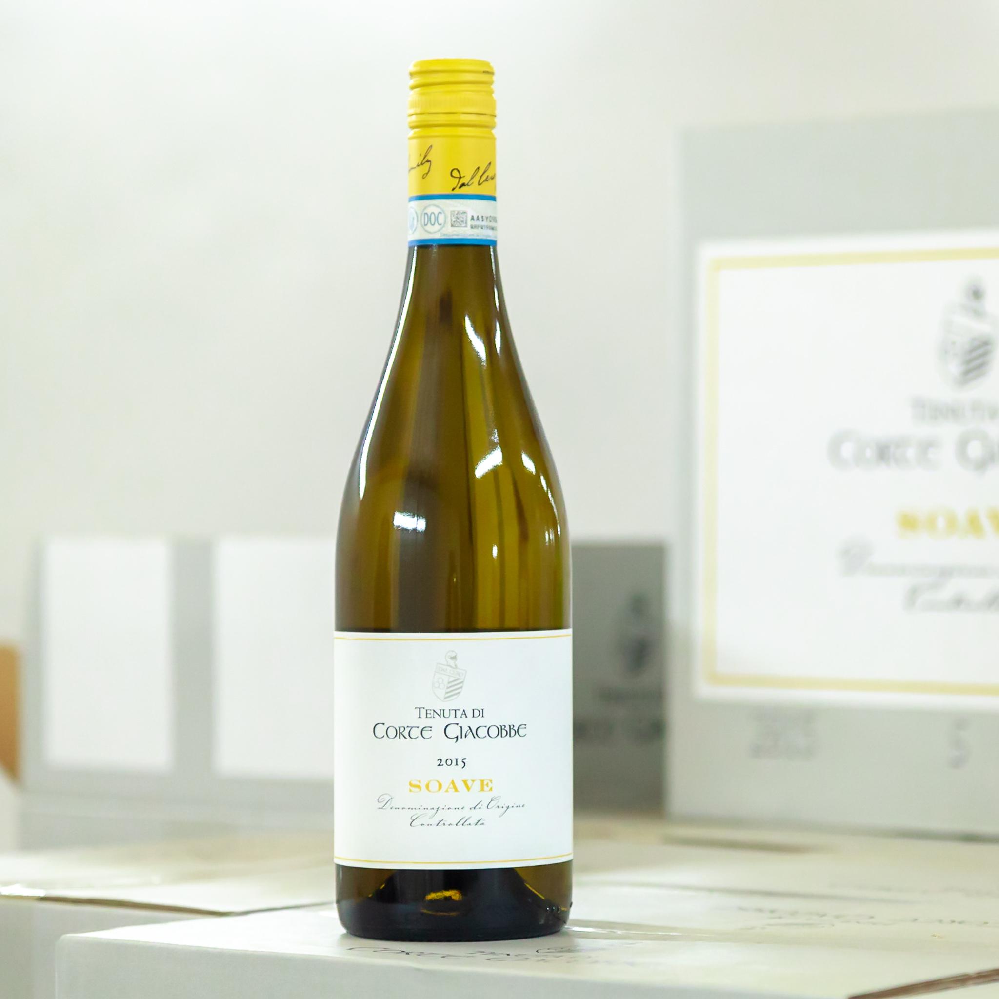 Soave - Šťavnaté harmonické víno s květinovým aroma. Vinná réva je pěstována na podloží sopečného původu, které dává vínu příjemnou mineralitu a plnost. Odrůda Garganega