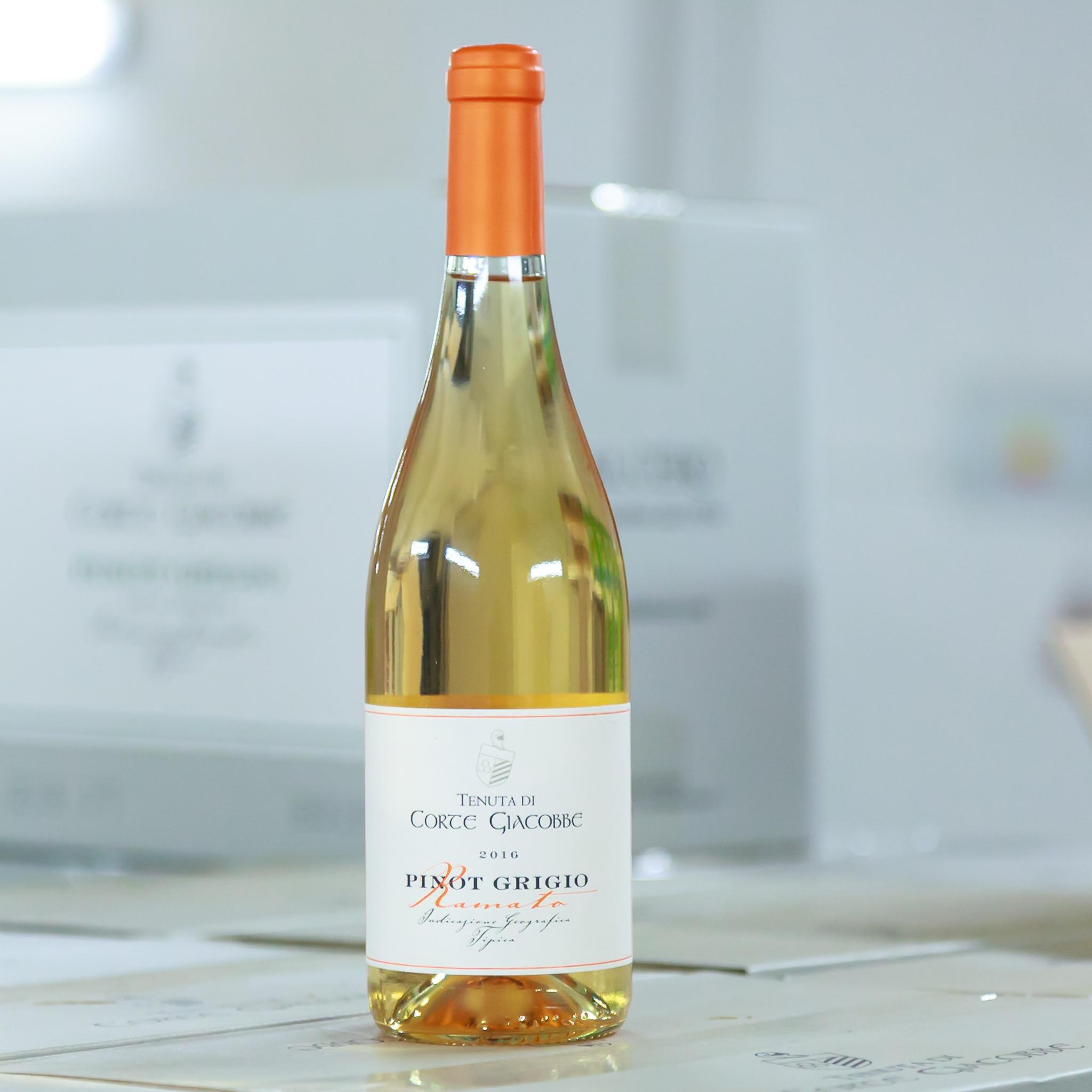 Pinot Grigio Ramato - Osvěžující netradiční Pinot Grigio, které díky dvanáctihodinové maceraci vína na slupkách získalo lehce oranžovou barvu. Vyniká bohatým aroma s tóny exotického ovoce.