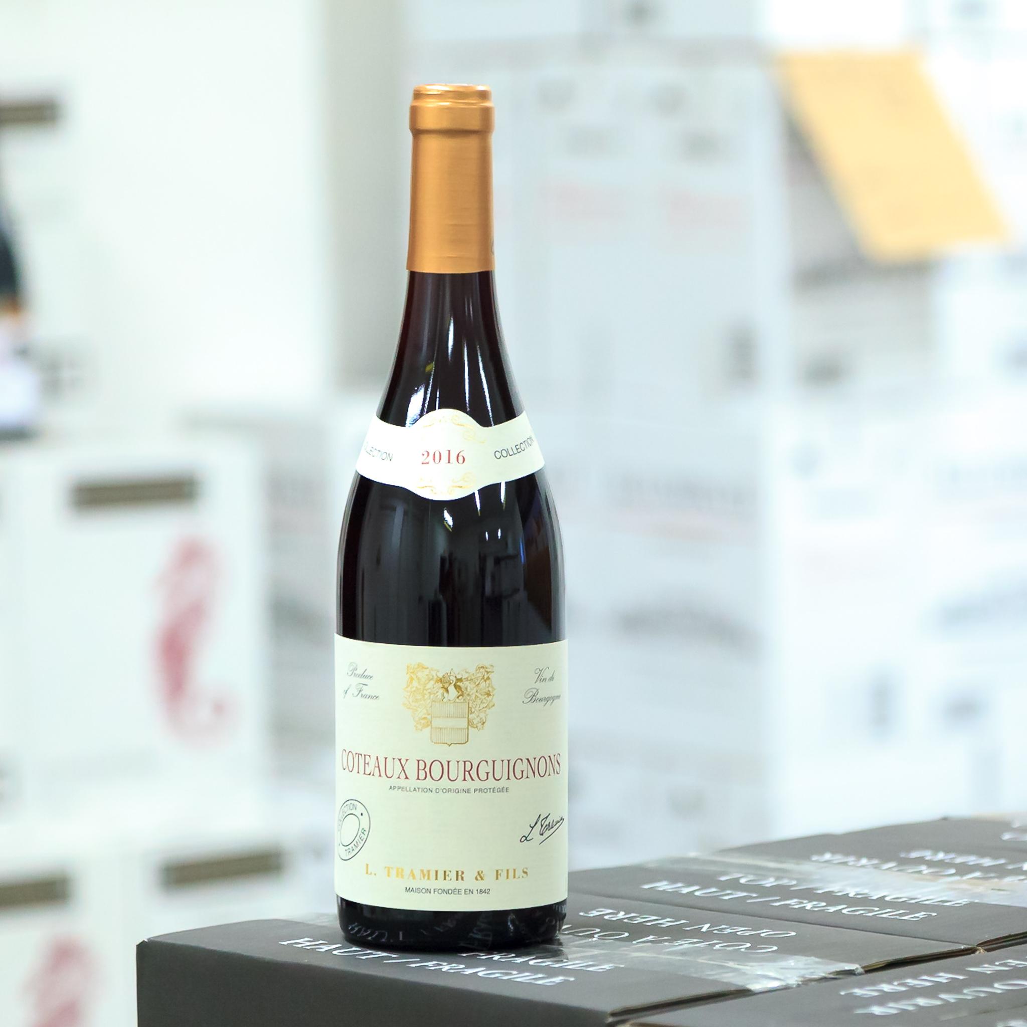 Cotes Bourguignons - Cotes Bourguignons je jediná Burgundská apelace, kde najdete vína Cuvée.- Bílé Cotes Bourguignons: 90% Chardonnay +10% Aligoté-Červené Cotes Bourguignons: 85% Gamay + 15% Pinot Noir