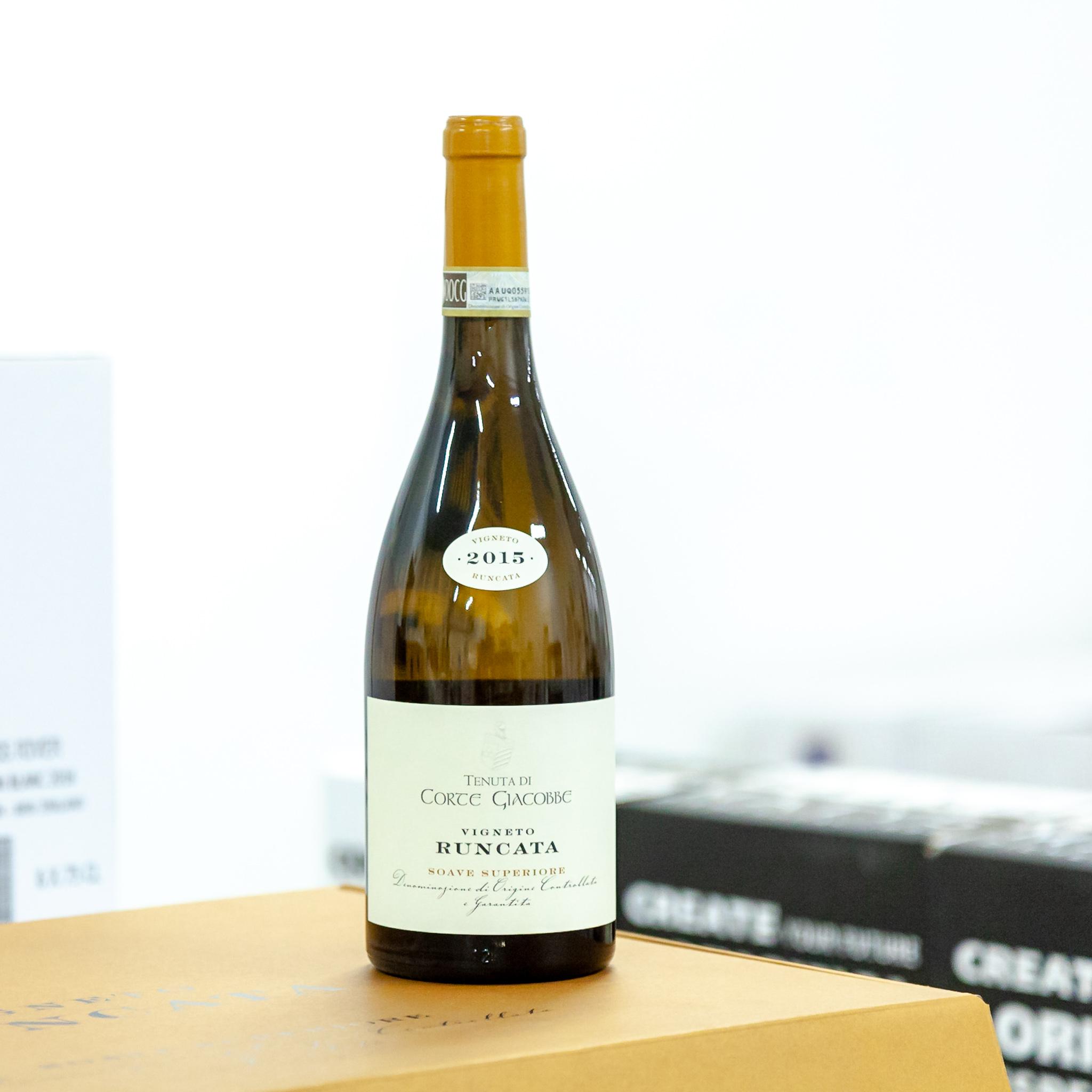 Soave Runcata - Víno zrálo 12 měsíců ve velkých dubových sudech. Výrazné plné víno s mandlovými tóny. Víno je vhodné i k několikaleté archivaci. Odrůda Garganega