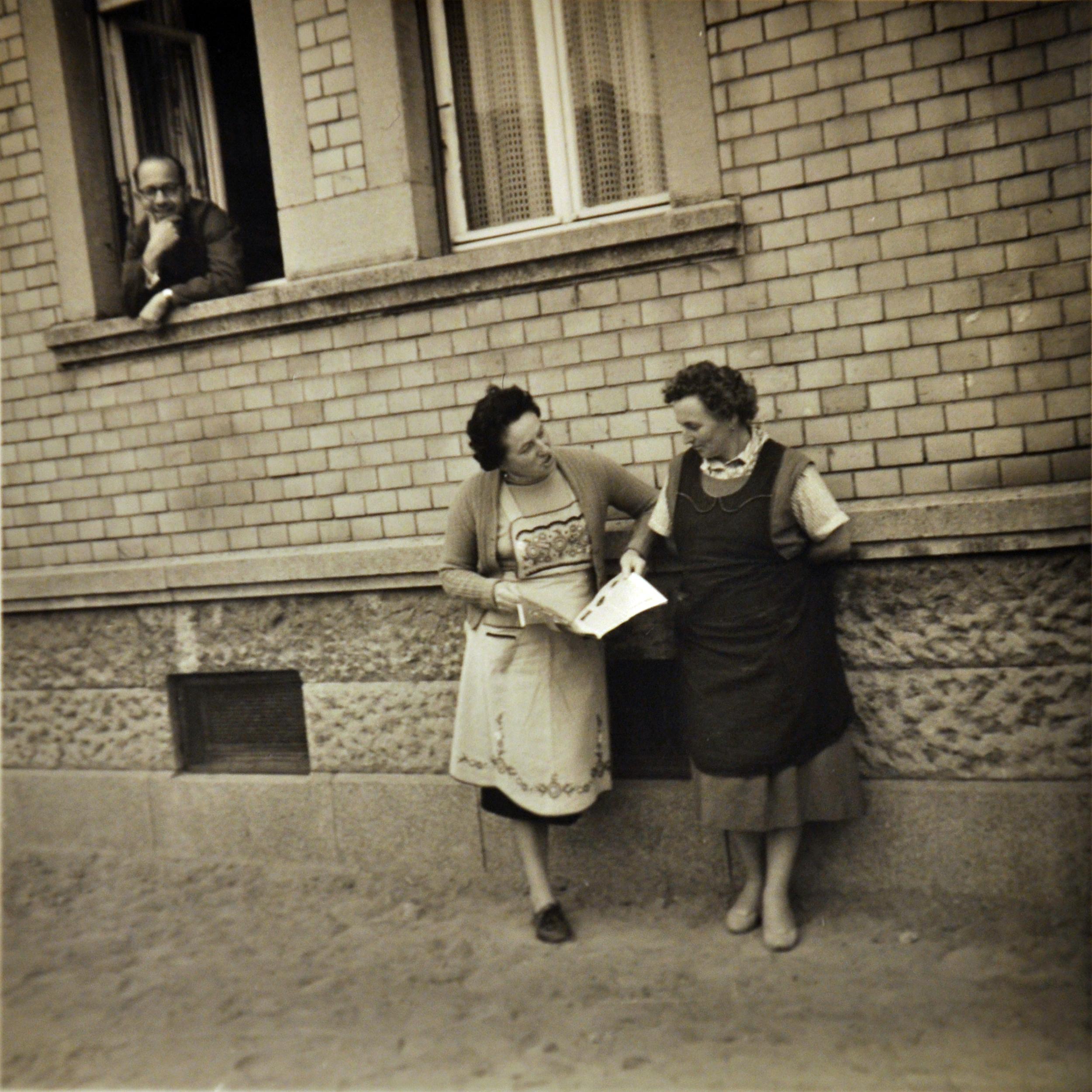 Zwei Arbeiterinnen Vorderhaus.jpg