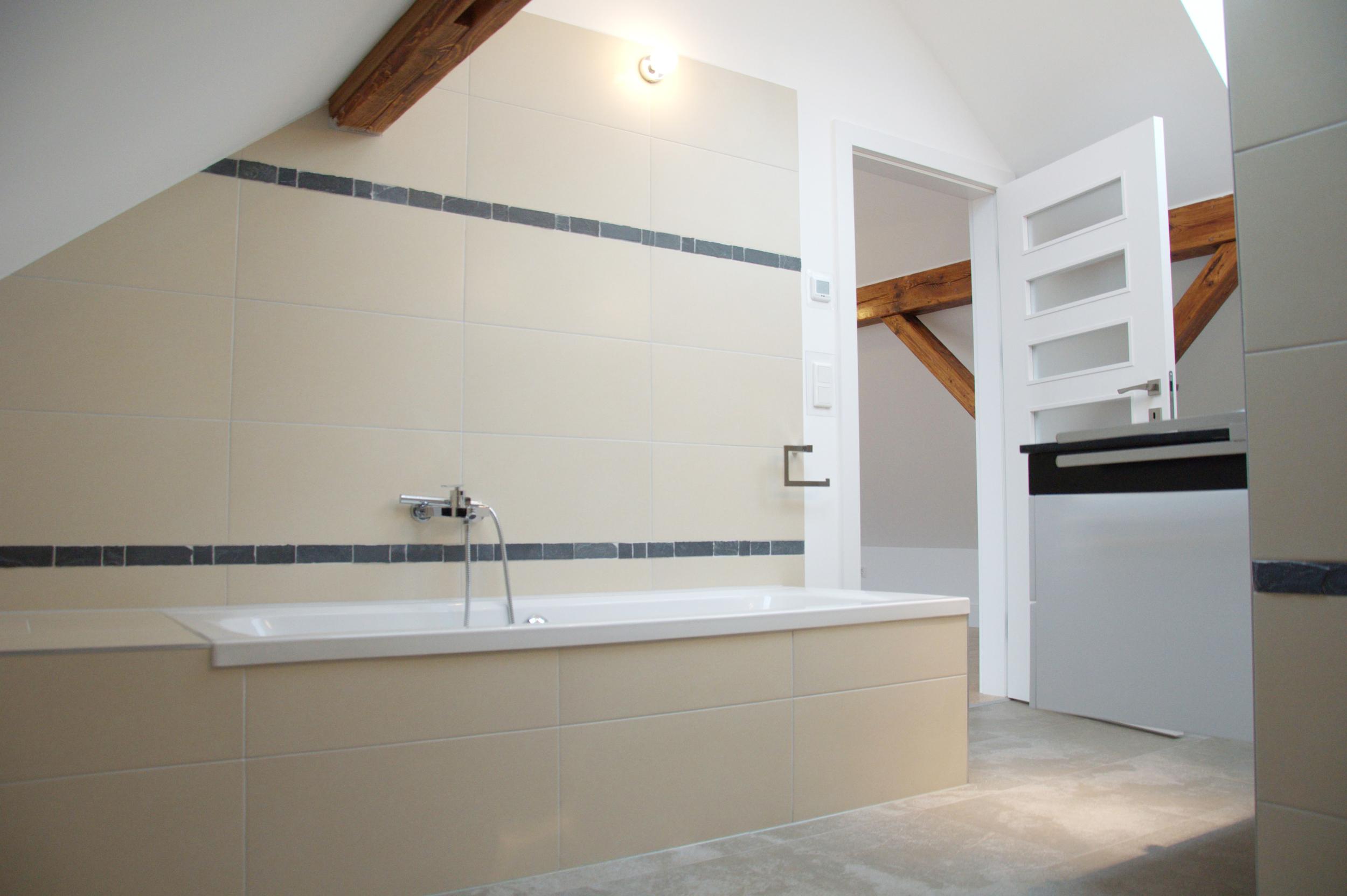 großzüges elegantes Bad mit historischen Dachbalken Wohnung in Heusenstamm bei Frankfurt