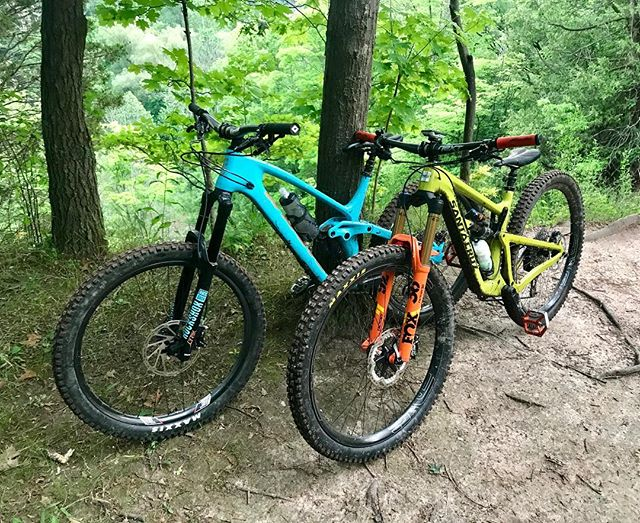 Dead sexy trail slayers 🤘🏻🤩🤘🏻#kona #konaprocess153 #santacruz #hightowerltcc @bringyourbike @dialed_suspension