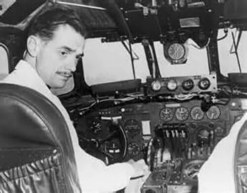 Howard+Hughes+in+aircraft.jpg