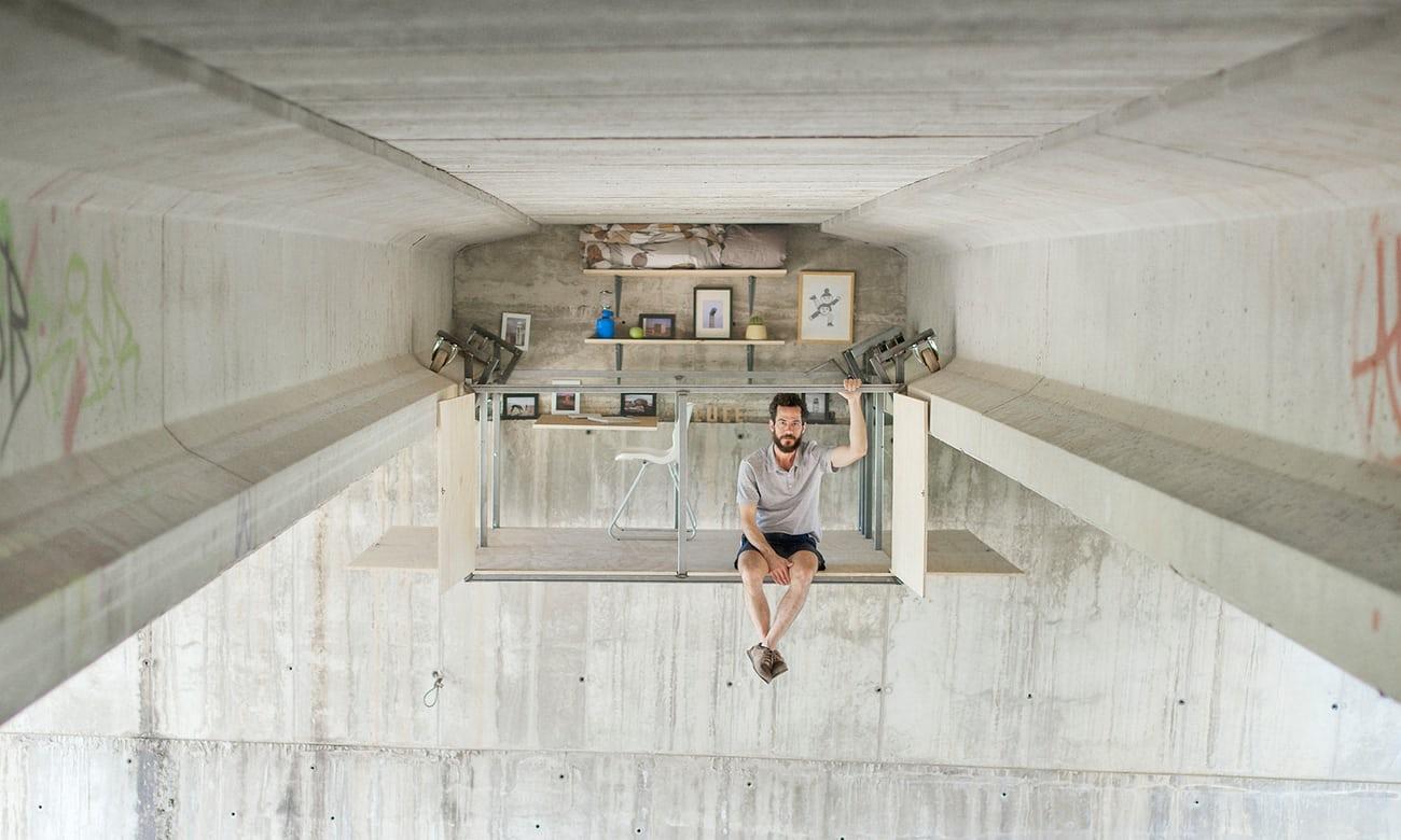 """Parasite architecture: inside the self-built studio hanging under a bridge in Valencia"""