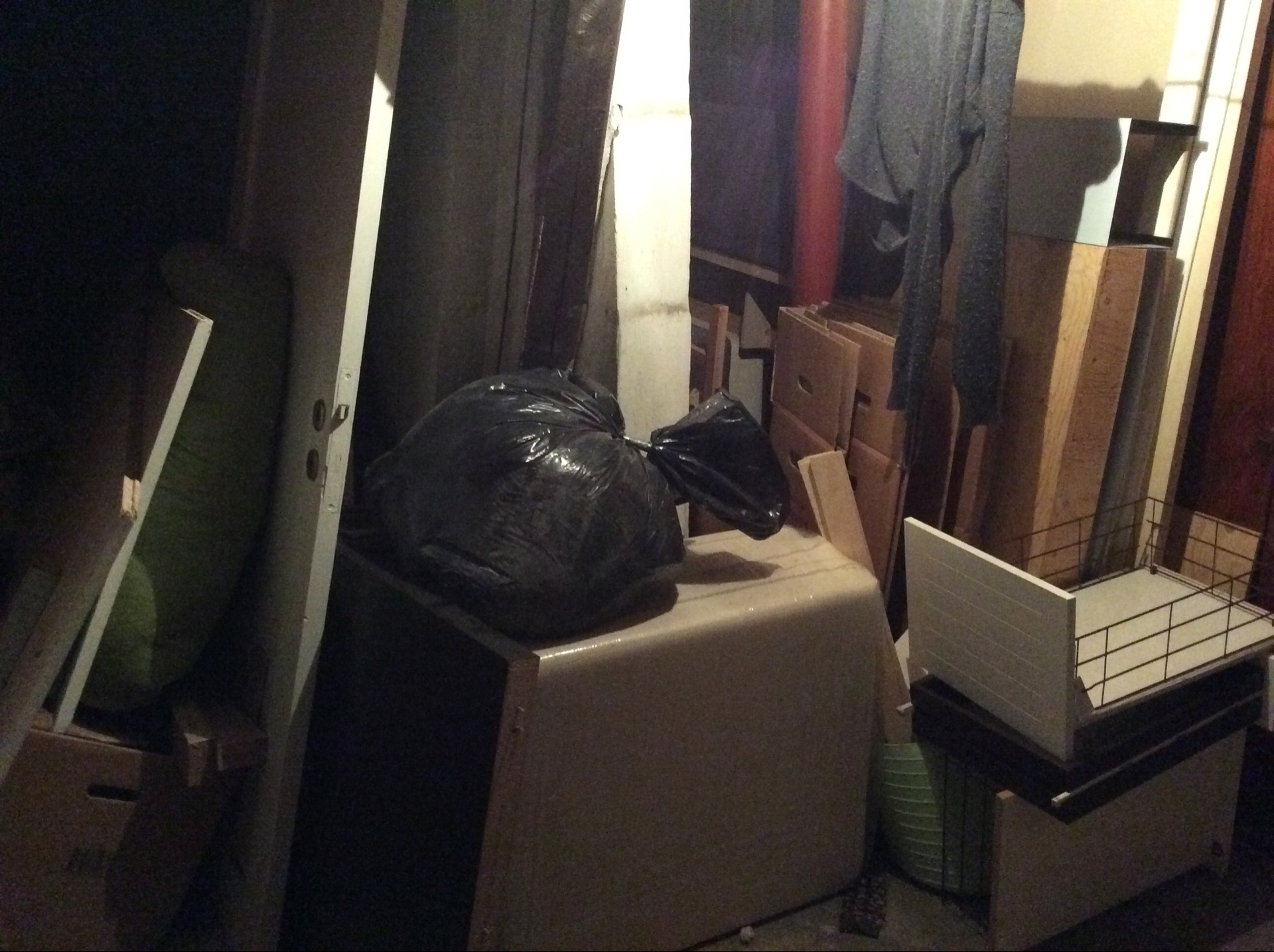 Der står stadig masser af ting, der skal sættes tilbage/smides ud