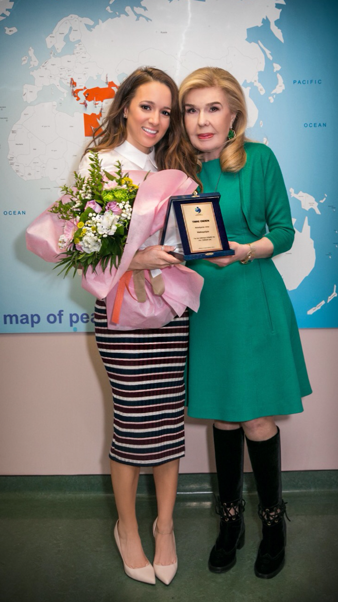 Kalomira and Marianna Vardinogiannis. Kalomira is awarded Oramas Elpidas Award 2017